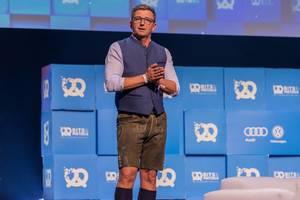Hans Sigl hält Stand-Up Session in Lederhosen bei Start-Up Veranstaltung Bits & Pretzels in München