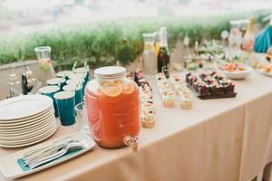 Häppchen und Getränke auf dem Banketttisch