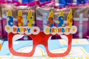 Happy Birthday - Geburtstagsbrille aus Pappe mit bunten Kerzen auf der Fibo in Köln