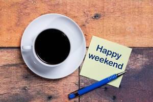 Happy Weekend - Frohes Wochenende - Notiz mit einer Kaffeetasse