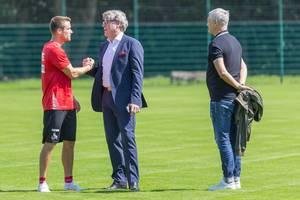 Harald Schumacher und Armin Veh unterhalten sich mit einem neuen Spieler