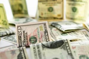 Haufen Dollarscheine mit Fokus auf 50 US-Dollarnote im Zentrum mit Schärfentiefe fotografiert