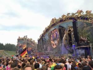 Hauptbühne im Steampunk-Look tagsüber - Musikfestival Tomorrowland 2014