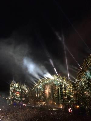 Hauptbühne mit Schattenmuster bei Nacht - Musikfestival Tomorrowland 2014