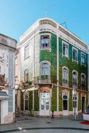 Haus mit grünen Fliesen und kleinen Balkonen in Lagos, Portugal