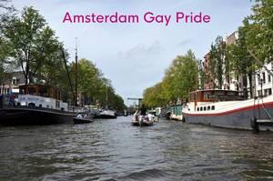 Hausboote in den Grachten von Amsterdam, neben dem Bildtitel Amsterdam Gay Pride, dem jährlichen Festival und Pendant zum Christopher Streetday