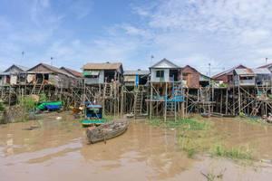 Häuser auf Stelzen im schwimmenden Dorf Kampong Phluk in Cambodia