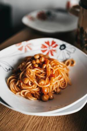 Hausgemachte, vegetarische Spagetti mit Kichererbsen