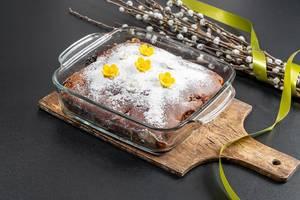 Hausgemachter, frischgebackener Kirschkuchen mit Puderzucker vor schwarzem Hintergrund