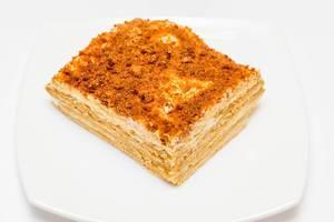 Hausgemachter Honigkuchen – auch Lebkuchen genannt – auf weißem Hintergrund