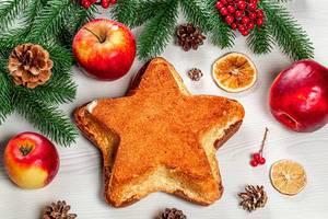 Hausgemachter Sternkuchen mit Weihnachtsdeko, Aufnahme von oben