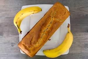 Hausgemachtes Bananenbrot aus der Kastenbackform, aus der Sicht von oben