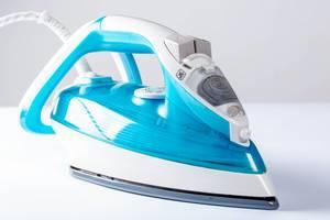Haushaltsgerät blaues Bügeleisen vor weißem Hintergrund