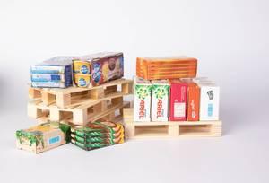 Haushaltsprodukte auf Holzpaletten zeigt Konzept von Transport und Lieferung