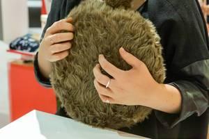 Haustierersatz: fluffiges therapeutischen Kissen mit wedelndem Schwanz von Qoobo