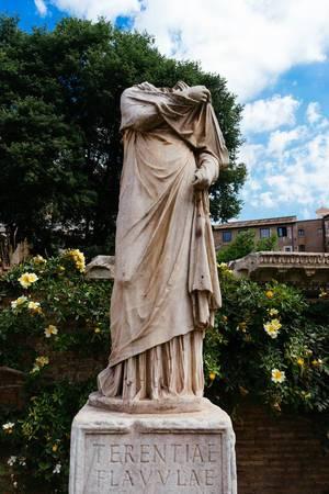 Headless sculpture in Roman Forum / Kopflose Skulptur im Forum Romanum