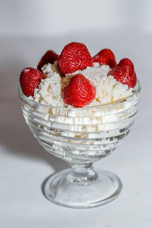 Healthy breakfast: cottage cheese with strawberries  Flip 2019