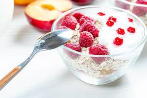 Healthy breakfast. Fresh muesli with berries in glass bowl with spoon (Flip 2019)