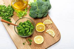 Healthy eating background. Puree with fresh herbs and vegetables on the kitchen Board with lemon slices and olive oil (Flip 2019)