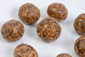 Healthy Energy Balls with Dates and Peanut Butter