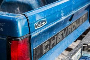 Heck eines blauen Chevrolet Pick-Ups