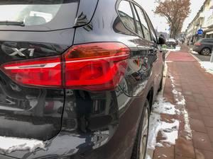 Heck eines in der Stadt am Straßenrand geparkten schwarzen Autos im Winter
