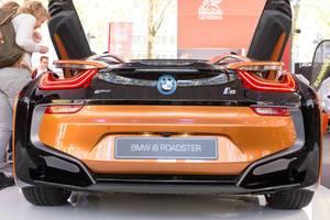 Heckansicht BMW i8 Roadster in Rost-braun