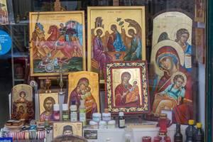 Heiligenbilder in einem Geschäft gegenüber der Kirche Hagios Demetrios