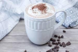 Heiße Schokolade in einer weißen Tasse 1