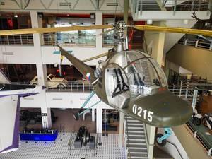 Helikopter hängt von der Decke im Technischen Museum in Brünn, Tschechien