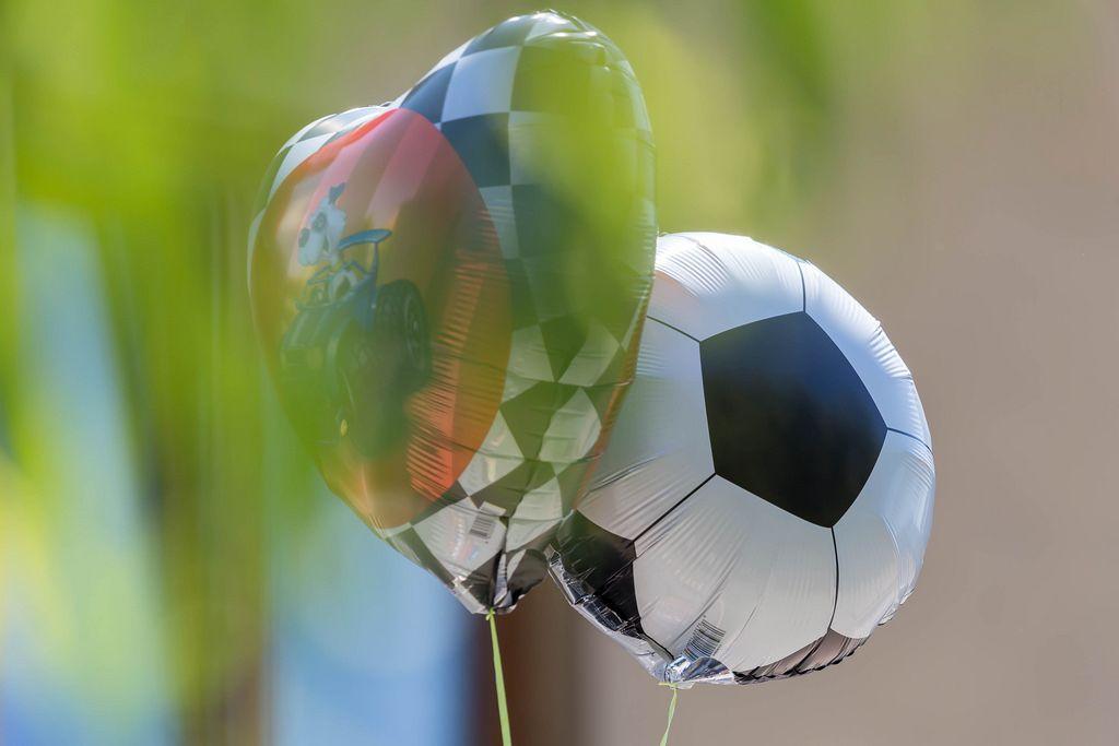 Heliumballons in Form von Herzen und Fußball