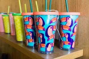 Hellblaue Kaffeebecher mit Tukan-Köpfen bei Starbucks