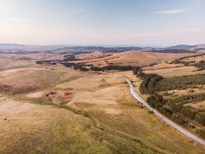 Helle Luftaufnahme der Landschaft im serbischen Zlatibor Gebirge