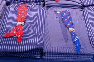 Hemden in typisch blau-weißen Seemannsstreifen und Halstuch mit Segelboot-Motiven