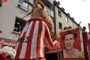 Hennes kniet vor Podolski