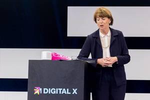 Henriette Reker hält eine Rede vor den Digital X Besuchern in Köln
