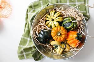 Herbstdekoration: Kürbisse in einer Schale
