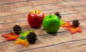 Herbstdekoration mit  Ahornblättern und Äpfeln