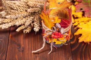 Herbstliches Kerzenglas mit Getreide