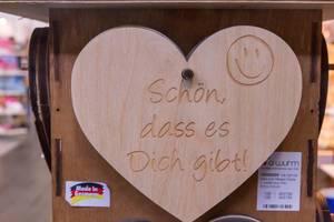 """Herz aus Holz zum Hängen mit """"Schön, dass es Dich gibt!"""" Schriftzug"""