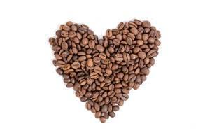 Herz geformt aus gerösteten Kaffeebohnen vor weißem Hintergrund
