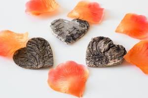 Herzen aus Holz und Blumenblätter