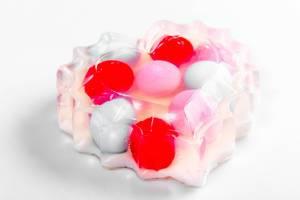 Herzförmige Seife auf weißem Untergrund