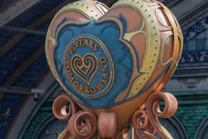 """Herzförmige Skulptur zum 15-jährigen Jubiläum mit der Aufschrift """"15 years Tomorrowland"""""""