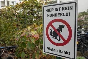 Hier ist kein Hundeklo - Ein Schild das darauf hinweist dass Besitzer den Kot ihres Hundes aufsammeln sollen
