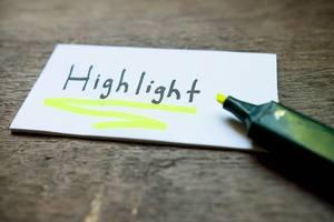 HIGHLIGHT geschrieben auf weißem Blatt Papier