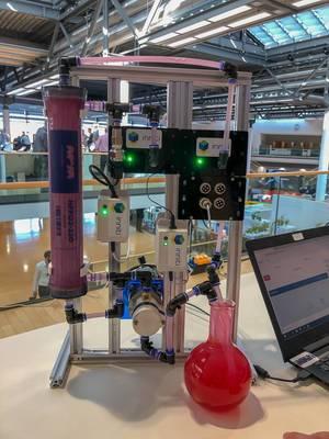 Hightech Laboranlage mit Ehrlenmeyer Glas auf dem Bits & Pretzels Festival in München