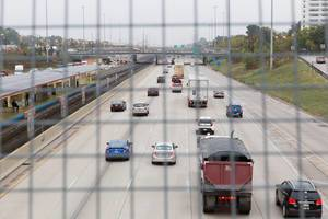 Highway fotografiert durch einen Gitterzaun