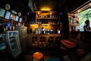 Hinter der Bar eines Coffeeshops - Kaffeevollautomaten stehen an Ihrem Platz