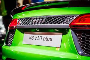 Hinteransicht des grünen Audi-Modells R8 V10 plus
